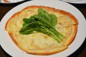 <p>Renkon (Lotus root) Pizza that tastes unbelievably good!</p>