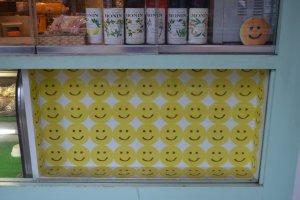 อีโมติคอนหน้ายิ้มทางด้านหน้าร้าน