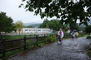 ประทับใจกลุ่มนี้มาก ถึงฝนจะตกก็จะปั่นจักรยานให้ได้