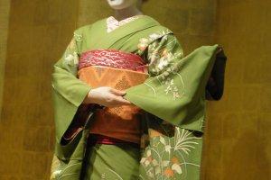 Présentation du kimono porté par la Maiko