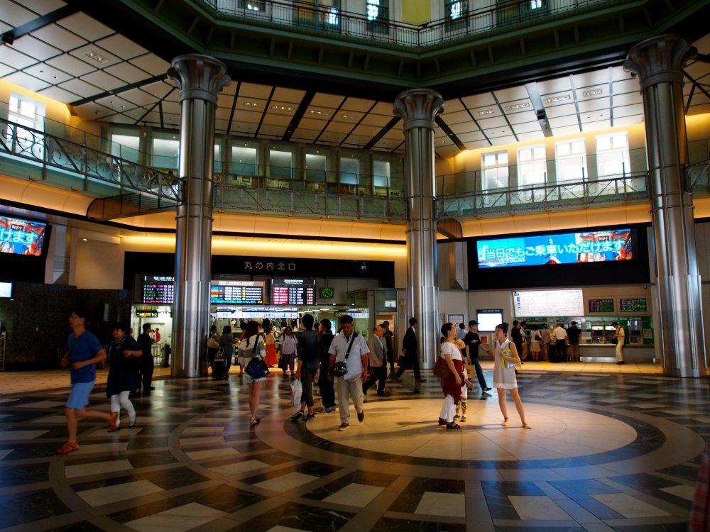 Trung tâm dịch vụ du lịch JR East nằm ở lối vào chính của ga Tokyo rất nhộn nhịp