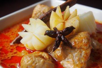<p>GAENG MASSAMAN GAI (Chicken in massaman curry)</p>