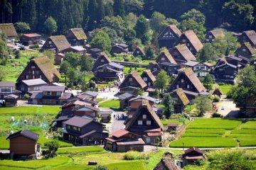 <p>Gassho-zukuri (a traditional building style) farmhouses in Shirakawago.&nbsp;</p>