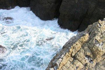 <p>แนวชายฝั่งทะเลบริเวณประภาคารฮิโนะมิซากิ&nbsp;ในเมืองอิซูโมะ ของจังหวัดชิมาเนะ</p>