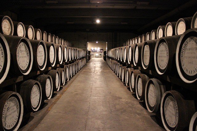 静かに眠り続けるモルトウィスキーの樽。三段に積まれた樽はその位置で熟成に微妙な差が生まれ、独自のニュアンスを得るという