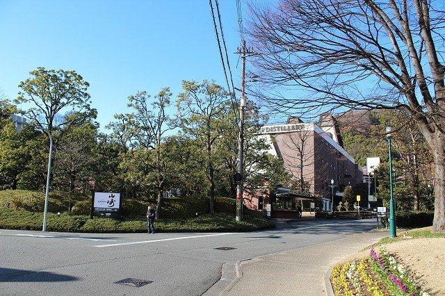 JR山崎駅から降り線路沿いに大阪方面へ徒歩5分。「サントリー山崎蒸溜所」が見えてくる
