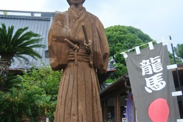 <p>A statue of Ryoma Sakamoto in front of the&nbsp;Okichi Memorial Hall</p>