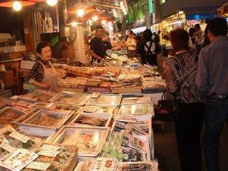 金沢・近江町市場は新装成って見違えるように整備された