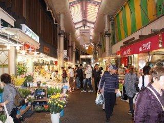 가나자와 시민 뿐만이 아니라 이웃의 후쿠이·토야마, 멀리서 오는 관광객도 쇼핑하러 방문한다
