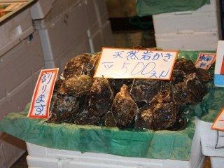 この牡蠣売りのように店先で食べることができる店も少なくない