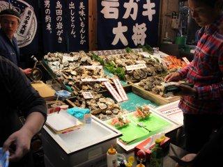 牡蠣を食べる客たち