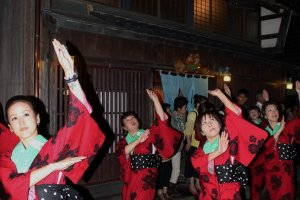 帯のまち流し発案者村田ひとみさんが演出する連が花の「魚志楼」前を踊った