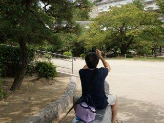 ทั้งคนทั้งสัตว์เลี้ยงนั่งชมปราสาท Himeji กันเพลิน
