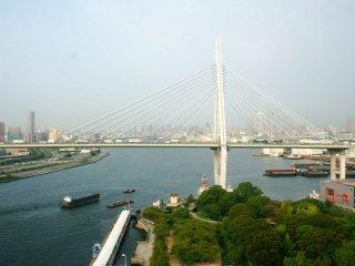 Jembatan Tempozan Ohashi yang melayani jalur Hanshin Express Way No.5.
