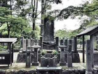 The grave of Miyamoto Musashi surrounded by his retainers.