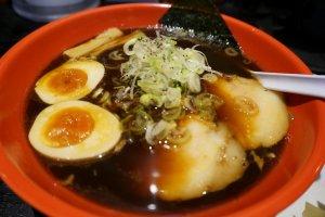 ราเม็งน้ำดำToyama Black (富山ブラック) จาก Menya Iroha (Iroha Noodle House) (麺屋いろは)