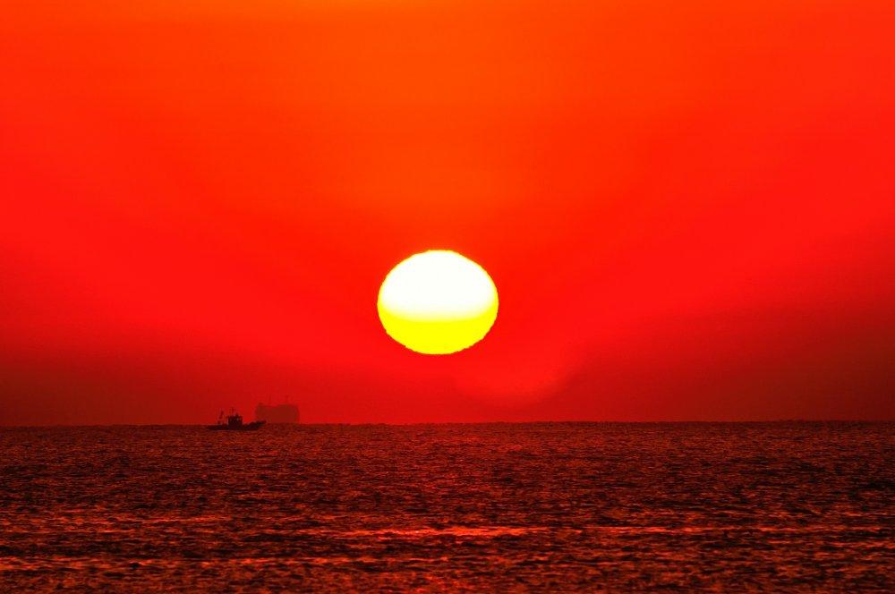 白砂の綺麗な浜が一瞬にして情熱の赤色に染まる