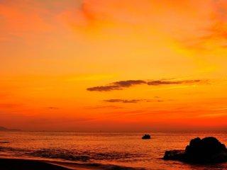 一気に朱に染まり出した空と海、日の出ももう間もなくだ