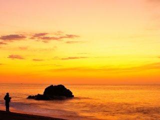 恋路ヶ浜の浜は驚く程、釣り人で賑わっていた