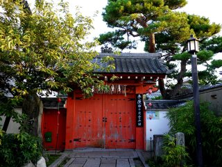 La porte rouge d'un sanctuaire fermé pour la nuit