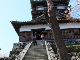 登るときはさほど感じないが降りるときには相当傾斜が急に感じる石段である