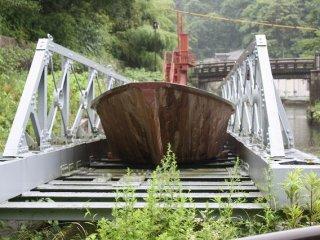 このように船を載せたまま琵琶湖疏水から鴨川へと船をトロッコ電車で引き上げた
