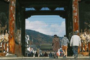 Para turis yang akan memasuki megahnya gerbang Nionmon.