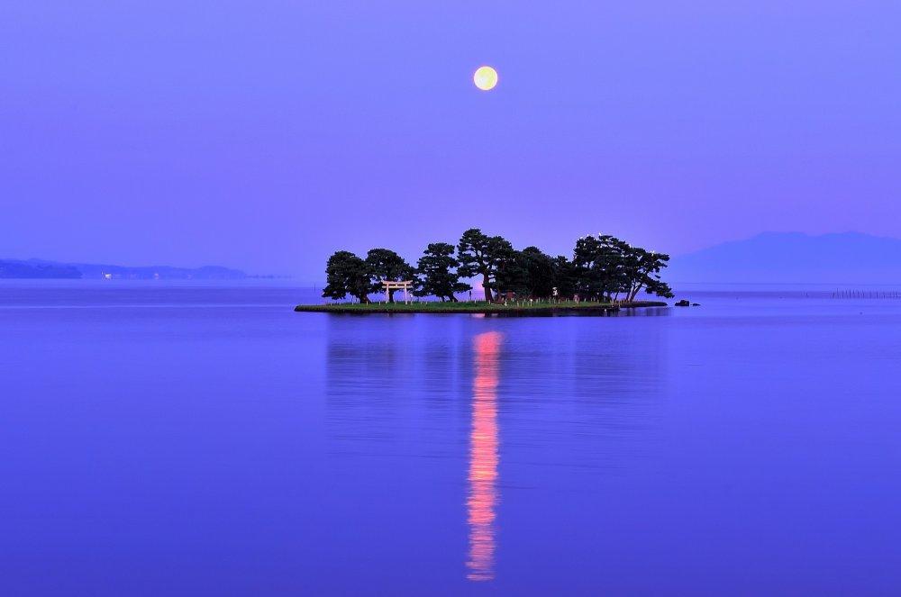 L'île Yomegashima sous le clair de lune