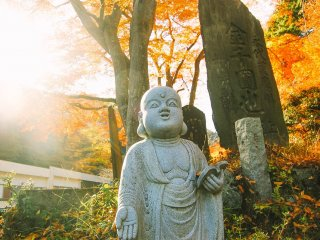 Patung biksu-biksu Buddha yang banyak menemani di sepanjang perjalanan menuju puncak.