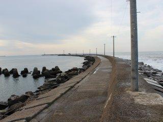 サンセットビーチ左のエッセル堤。九頭竜川河口である