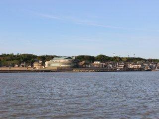 九頭竜川河口から三国市街地を臨む。円形の建物はサンセットビーチにある公共天然温泉「ゆあポート」