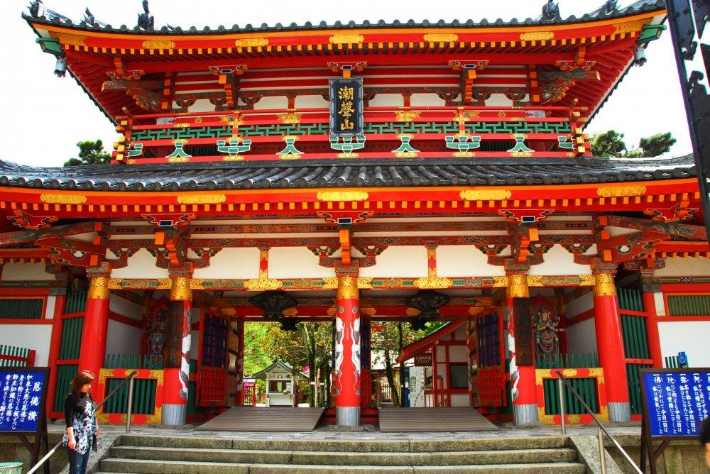 山門 京都御所・紫宸殿の御門(白木造り)と同じ様式ではあるが、これはその大半を鋼鉄で造っておりそのうえに朱を塗りこんでいる。