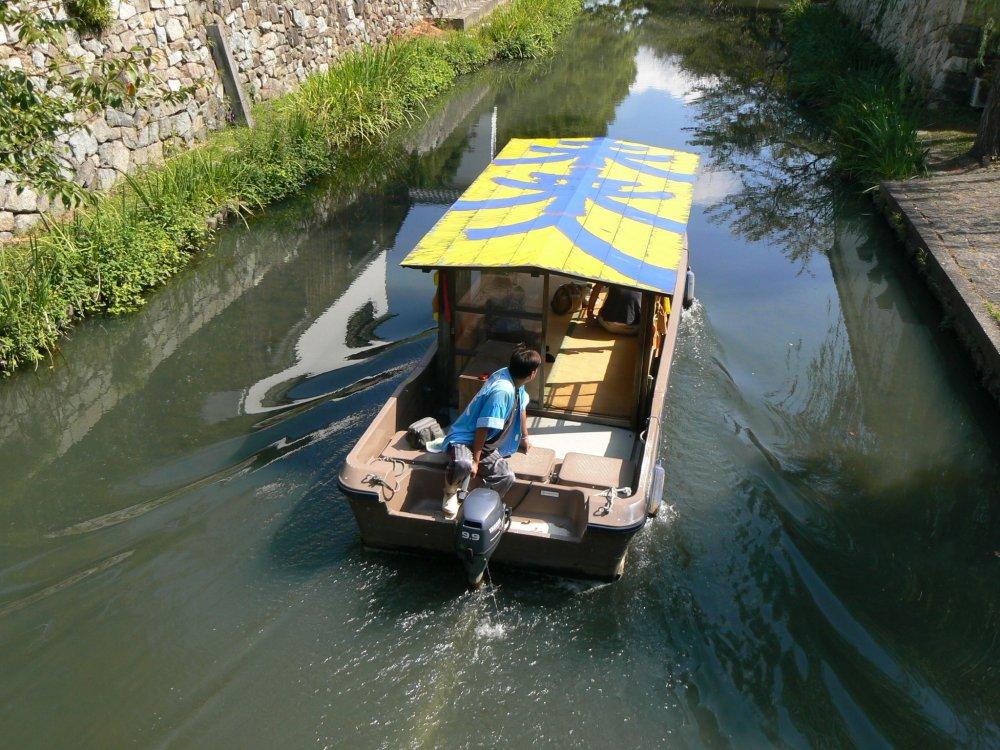 Прокатитесь по каналу на туристической лодочке