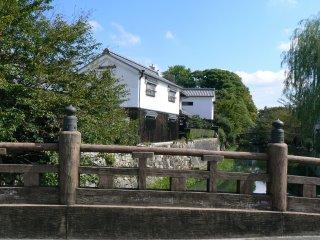 Il y a de très beaux bâtiments traditionnels qui bordent le canal