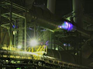 Ống của nhà máy giấy nằm trong thành phố Shikoku tỉnh Ehime. Có mùi những dăm bào giấy, và những hạt nhỏ lơ lửng trong không khí