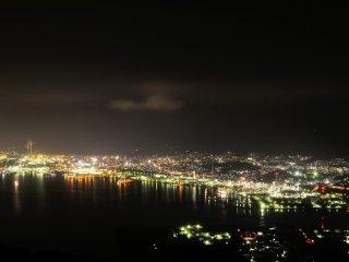 야마구치현 슈난시 토쿠야마 공장 지대, 타이카산에서 바라보는 야간 산 정상들은 조명도 없이 때때로 바람과 야조의 울음소리만, 기분 나쁘지만 시선의 끝은 매우 떠들썩하다