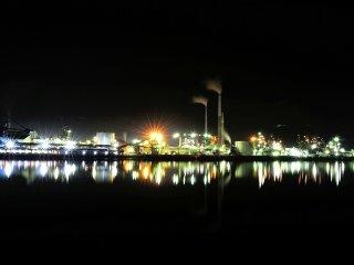 Dãy nhà máy tại khu công nghiệp Tokuyama tiếp tục gần cửa sông trên bờ đối diện