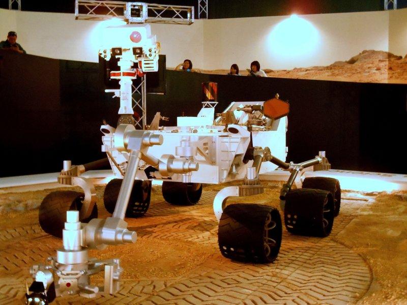 호기심! 미국 밖에서 처음으로 전시된 NASA 화성 과학 연구소 탐사기의 실물 크기 모형