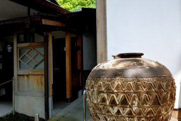 <p>Large vase standing at one side of the main hall</p>
