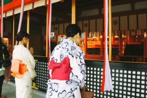 Pengunjung yang sedang berdoa di honden Fushimi Inari Taisha. Meminta keberuntungan, mungkin?