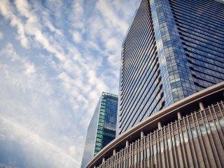 กระจกใสของอาคารนี้เป็นการออกแบบสถาปัตยกรรมที่งดงาม และสะท้อนภาพของได้อย่างสวยงาม