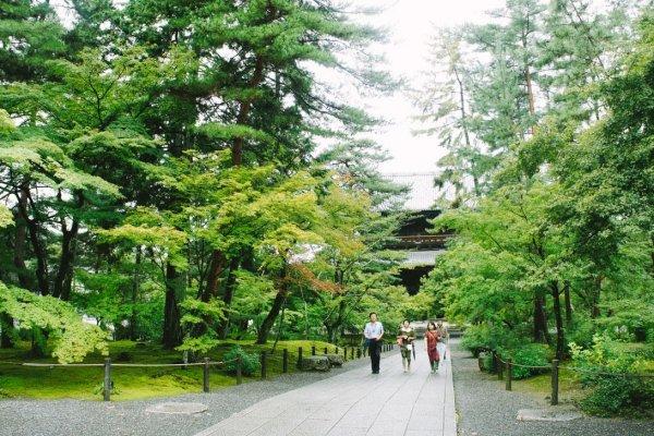 Keluarga yang sedang berjalan di sando, mungkin mereka habis berdoa di Nanzen-ji
