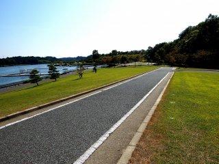 Jalan khusus sepeda di Danau Kitagata