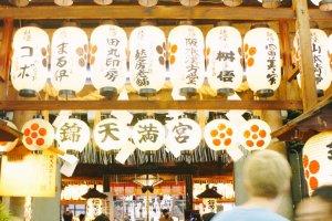 Chōchin atau lampion yang mewarnai kawasan Teramachi-dori ini
