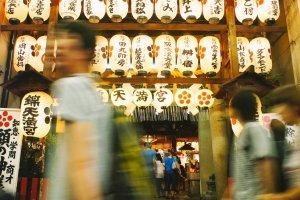 Pengunjung berlalu lalang dan terdistraksi denganchōchin