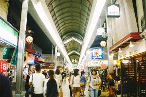 Selamat datang di Teramachi-dori di mana Anda bisa berbelanja, mencari hiburan, dan menyantap makanan khas Jepang.