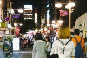 Kawasan ini begitu ramai pada malam hari