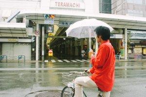 Teramachi dari depan, terlihat sepi pada minggu pagi.