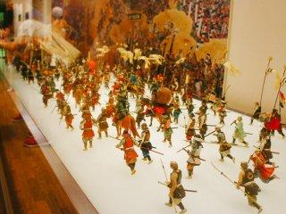 Anda akan lebih mudah berimajinasi dengan panduan miniatur atau diorama yang ditampilkan di dalam kastil ini