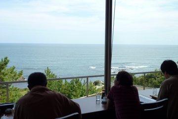 <p>在旅馆的餐厅里,可以望到无敌海景</p>